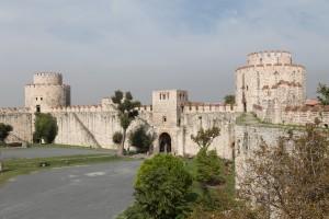 De oude stadsmuur: een van de Istanbul bezienswaardigheden