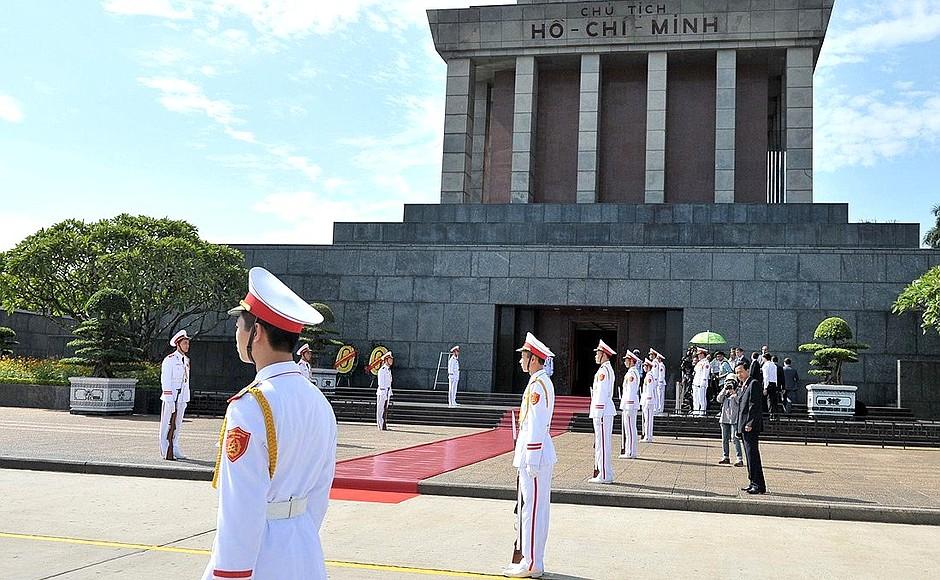 wat te doen in hanoi bezoek het mausoleum ho chi minh