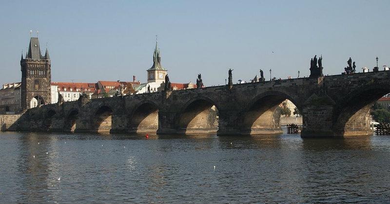 Zicht over de brug in Praag
