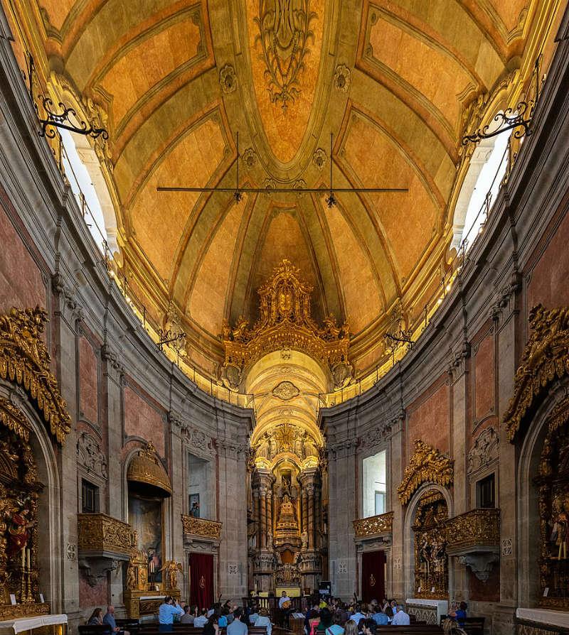 De binnenkant van de kerk