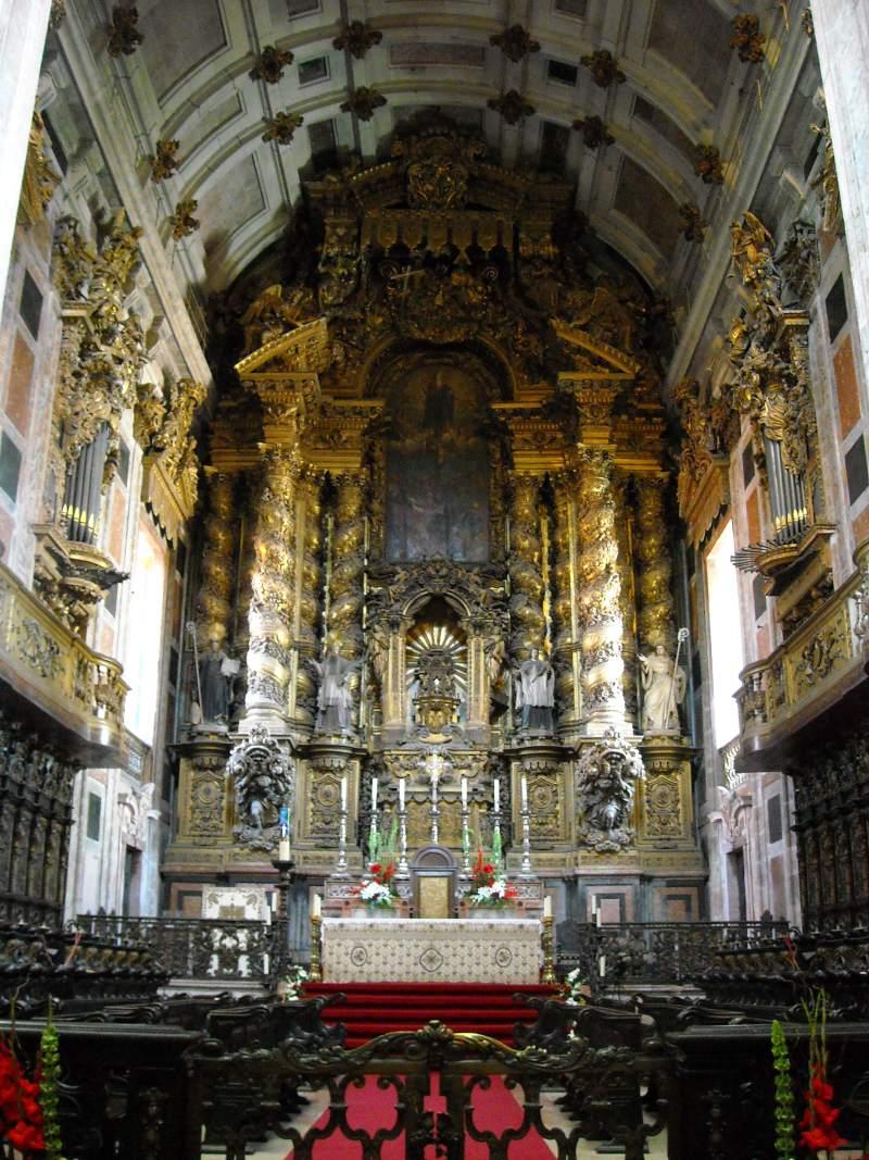 Het interieur en altaar van Se do Porto